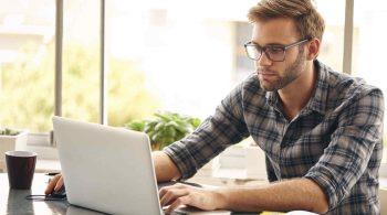hombre-joven-gafas-usando-laptop